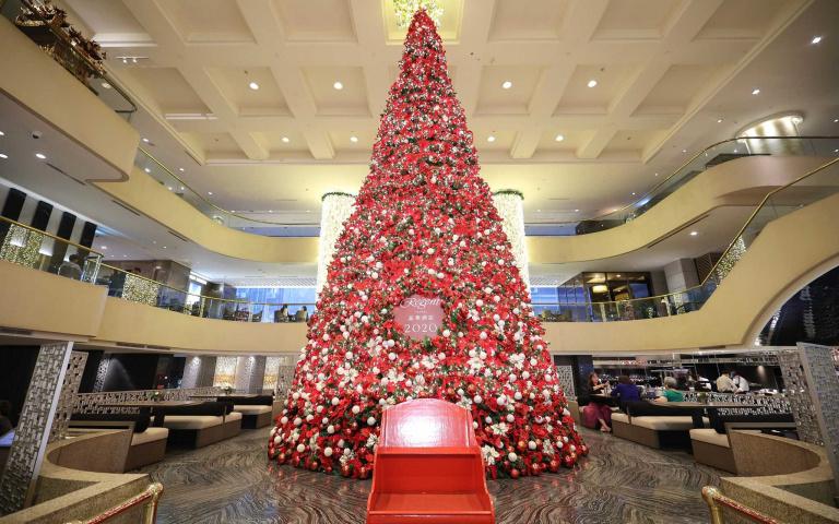 今年冬天必朝聖!五星酒店打造「三層巨型聖誕樹」耗資百萬演出「燈光秀」讓你IG限動發不完