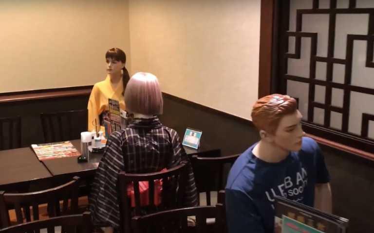 社交距離奇招!東京餐廳安排「假人」陪吃,超恐怖視線你還吃得下?