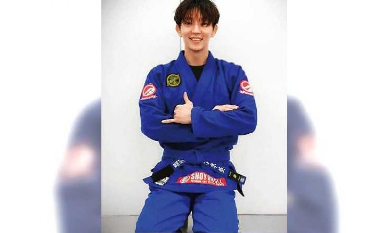 李準基著迷巴西柔術 升級藍帶好得意