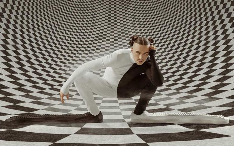 Tommy Cash x 愛迪達超現實聯名!Superstar經典鞋款變身「史上最長球鞋」!