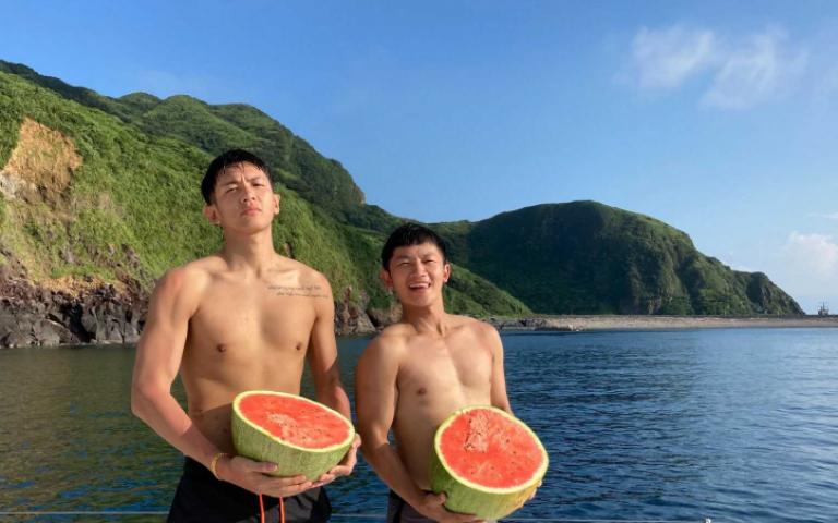 柯震東出海狂遊 裸上半身幻想自己是「水行俠」