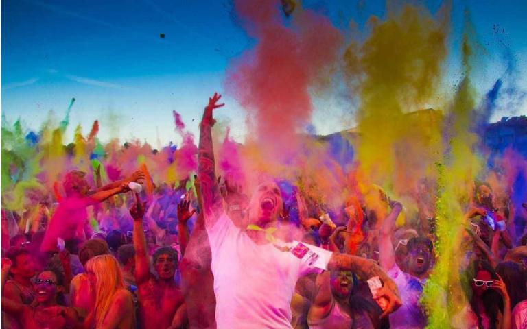 全世界最繽紛的節慶!印度全民上街狂灑「彩色粉」,除厄運、慶豐收!