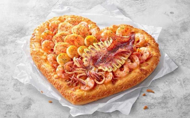愛心造型有夠狂!必勝客推出母親節「限量款披薩」,直接擺上整條大魷魚啊!