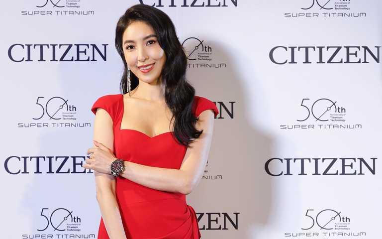 時刻展現火紅魅力!楊謹華優雅佩戴CITIZEN「東京‧紅」限量版腕錶 為平凡日常揮灑純粹熱情