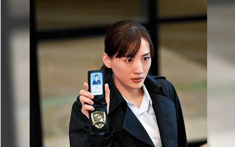 綾瀨遙扮警察少根筋 手銬拿反狂敲高橋一生