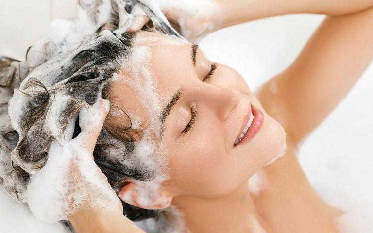 避免頭皮屑、搔癢問題找上門,專家建議洗髮水溫絕不能超過這個溫度!
