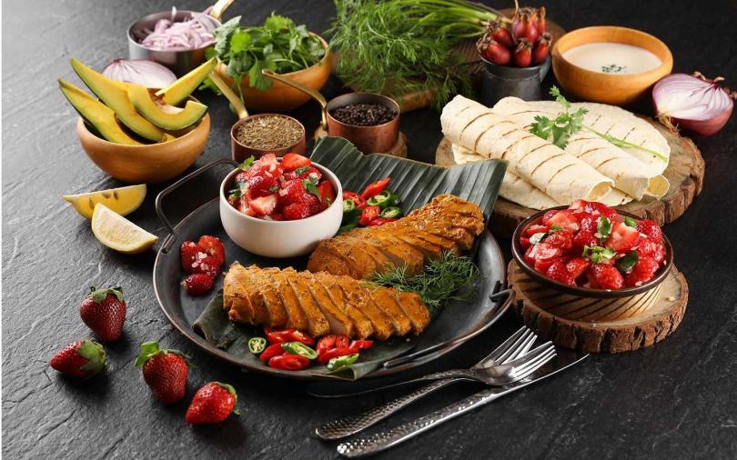 草莓控快衝啊!吃到飽餐廳將各種草莓料理端上餐檯 甜的鹹的任你大快朵頤