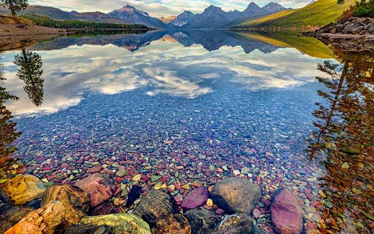 天然ㄟ尚好!湖泊清澈水底驚見「七彩石」,彷彿「上帝遺落的珠寶」!