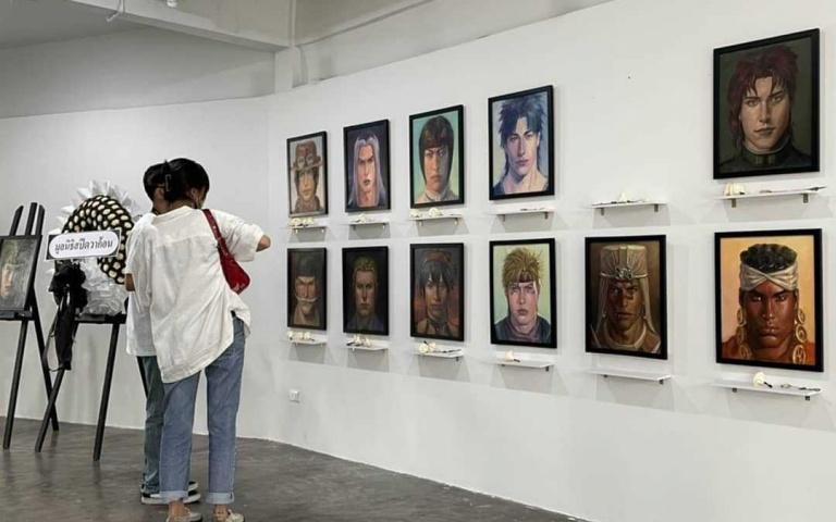 對於動畫之中犧牲的角色感到惋惜?總覺得陷入了情緒之中,還來不及與角色告別?泰國藝術家Jinnipha Nivasabut辦了場「動漫英靈殿 」!