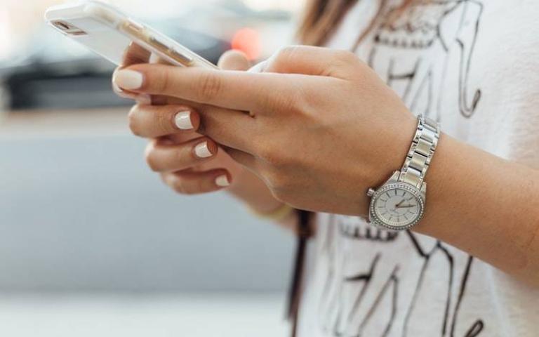 病毒會在手機表面存活24小時!消毒手機的4個方法