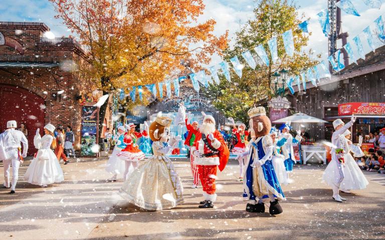 不出國也能體驗白雪世界!六福打造全台最大「耶誕村」胡桃鉗騎兵隊滑冰亮相超吸睛