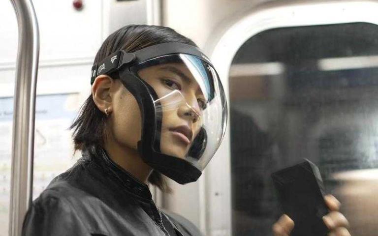就算疫情延燒也不能阻擋我帥氣的一面,戴上好像在演《環太平洋》或是《阿凡達》中人類所配戴的氧氣罩一樣!