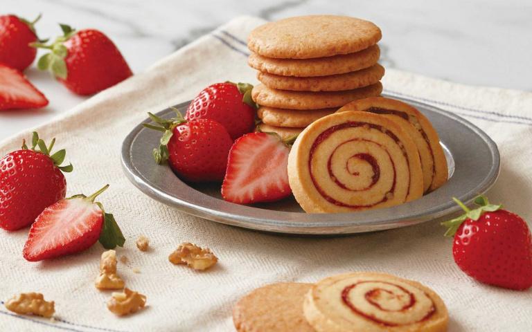 沉浸粉紅幸福感!必吃春漾甜點 草莓核桃捲心餅乾VS.櫻櫻梅黛子生乳捲