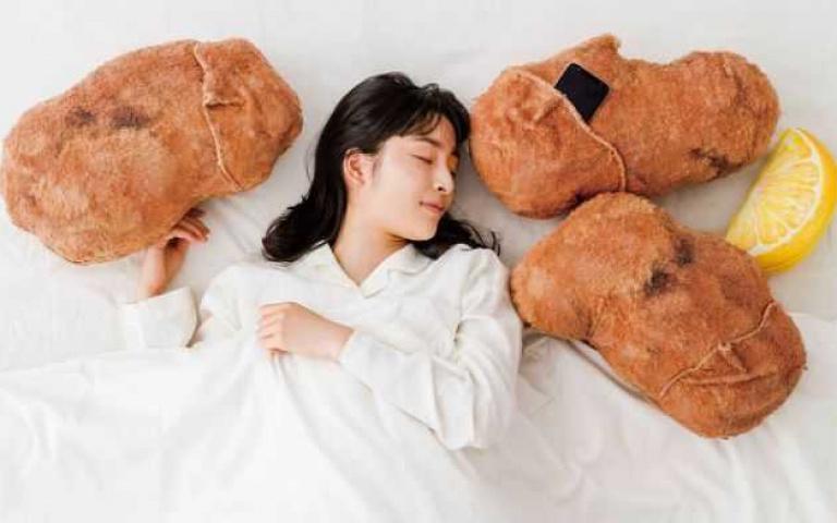 看著抱枕流口水是正常的嗎?「唐揚炸雞抱枕」超逼真,翻開雞皮還可以放手機!