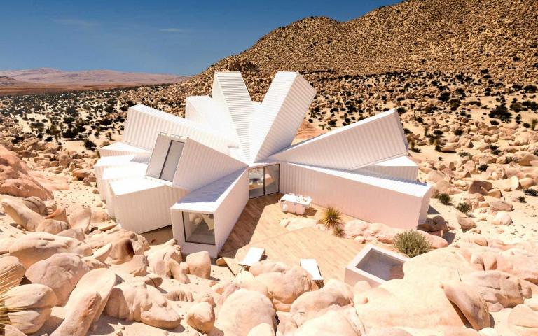 有錢人的祕密基地!白色「多角形貨櫃屋」現身沙漠,植物、岩石成天然屏障「隱私絕對夠」!