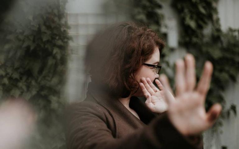 渴望被肯定卻又自我懷疑?「冒牌者症候群」擺脫焦慮迴圈的3個方法