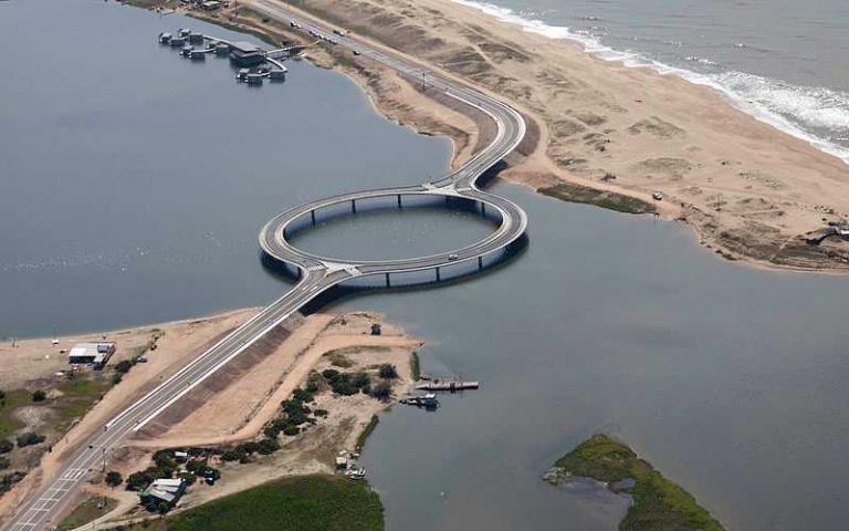 可以拉直卻刻意做成圓弧的烏拉圭環形橋樑?原來設計是有用意的!