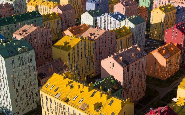 廢棄工廠改造而成!烏克蘭巨型彩色樂高社區「Comfort Town」