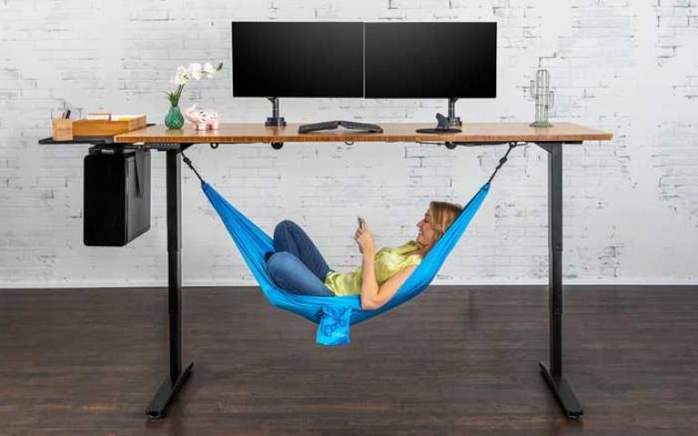 偷懶無極限!社畜必須擁有的「辦公桌吊床」