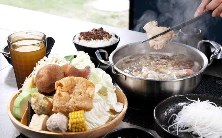 把「薑母鴨」搬進涮涮鍋!中部時尚鍋物店直送「溫體鴨」,還有噴火燒酒雞鍋太美味