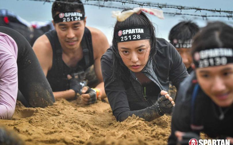 宋城希跌泥坑還是美 越野賽慘摔遇美少女戰士救援