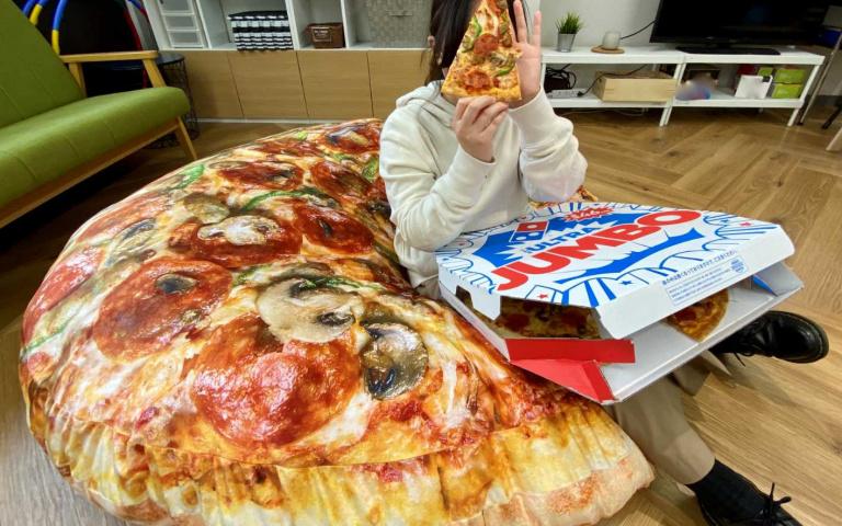 披薩買大送巨大?!日本達美樂推180cm巨型「披薩坐墊」,香味直接飄出螢幕啦!
