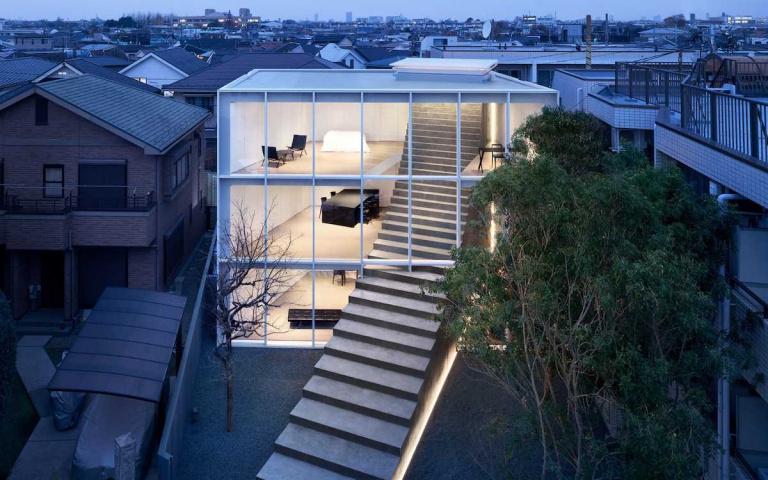 通往天國的階梯?史上最狂設計師「樓梯一路蓋到戶外」,豪宅宛如「積木堆疊」好療癒!