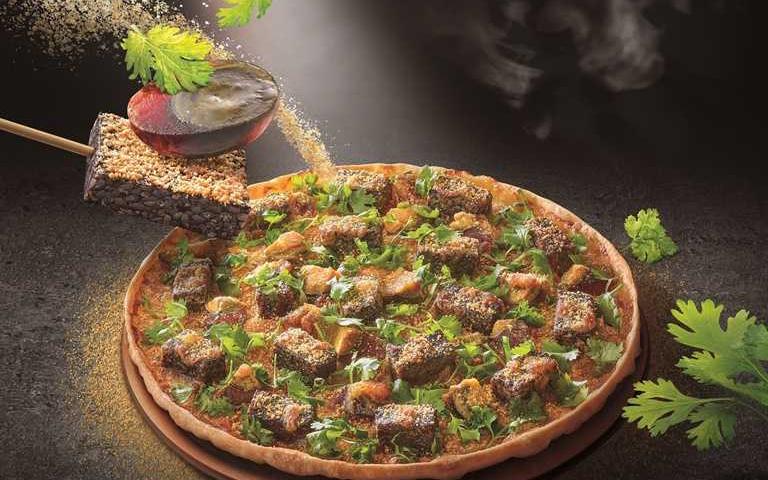 連花生粉都撒了!必勝客挑戰味蕾極限,「香菜皮蛋豬血糕比薩」5折價開賣