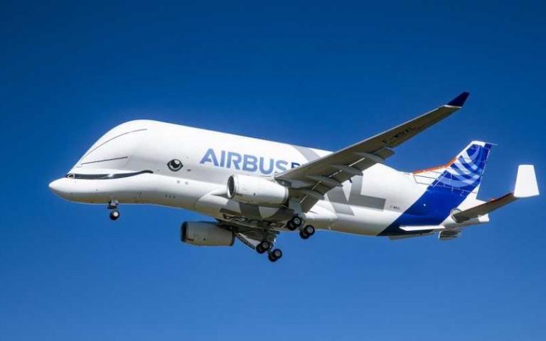 全世界最萌的飛機!超Q「小白鯨」飛上天際,一卸貨就張嘴「像在打哈欠」!