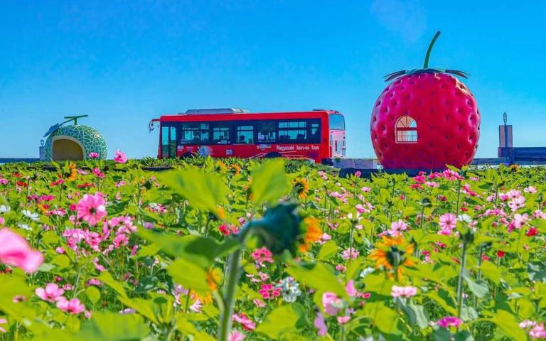 錯過班次也OK!一系列巨型「水果公車站」超吸睛,根本捨不得上車嘛!