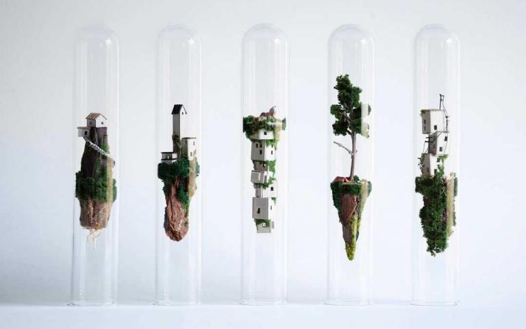 闖進拉普達!藝術家將世界放進玻璃試管,漂浮的風景就像是天空之城!
