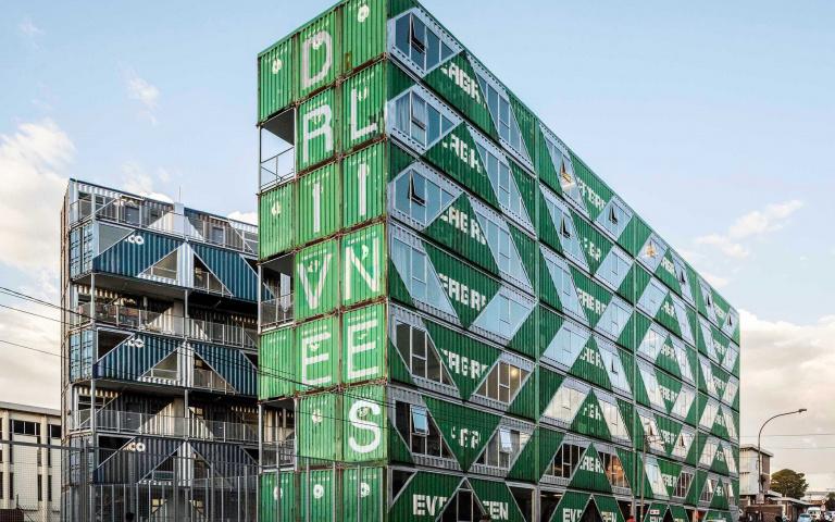 台灣之光!長榮海運綠底白字貨櫃,在南非搖身一變成公寓建築!