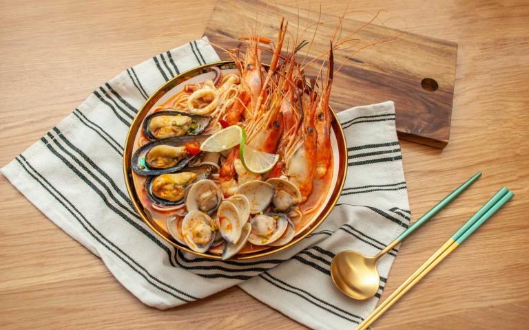 泰想吃免出國!痛風級冬蔭功海鮮湯麵、肉多多泰式三寶飯 爽快開胃