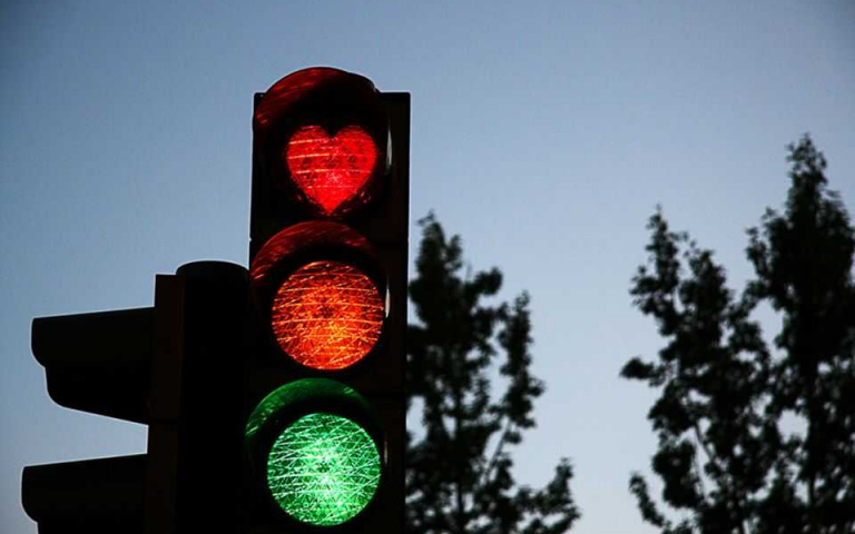 散播歡樂散播愛!冰島愛心紅綠燈,為生活帶來一絲慰藉!