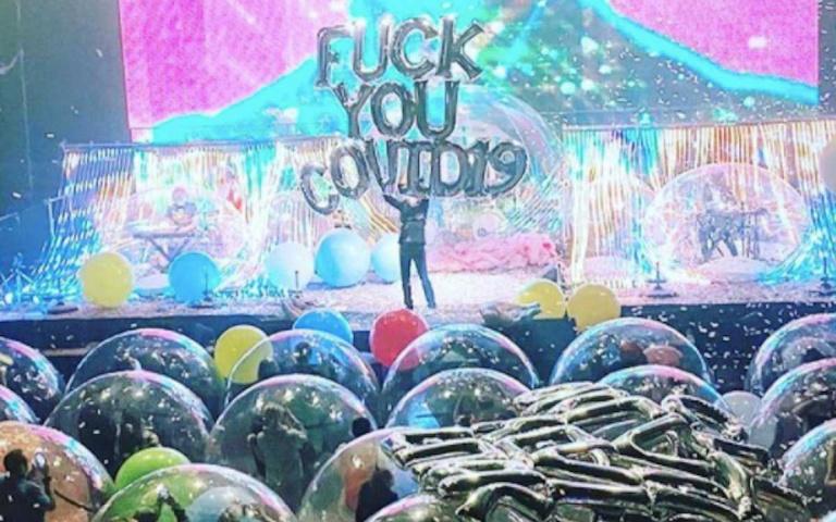 全球首場防疫泡泡演唱會!觀眾、樂手及表演者皆藏身巨型泡泡中享受搖滾