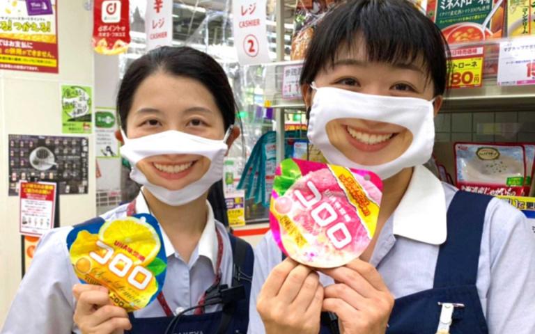 臭臉員工最適合!日本超商推「微笑口罩」,笑得你心裡發寒!