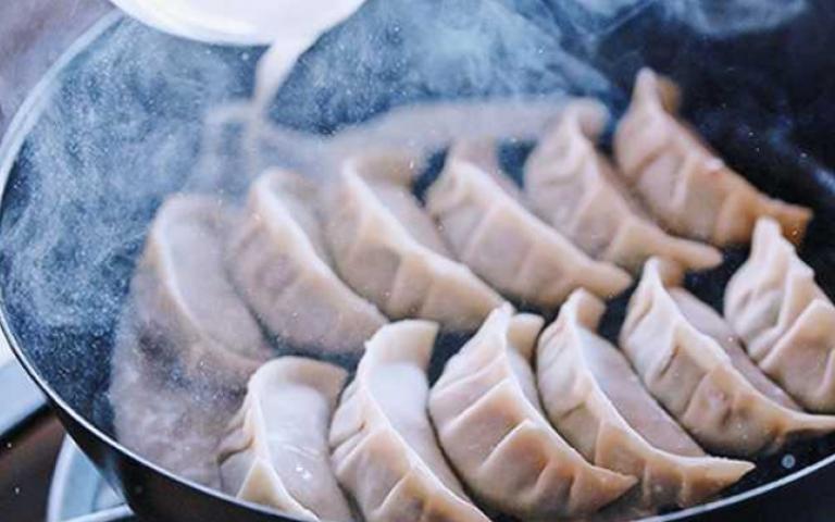 又輕又燒!日本狂賣琺瑯鑄鐵平底鍋 入手切記三大條件