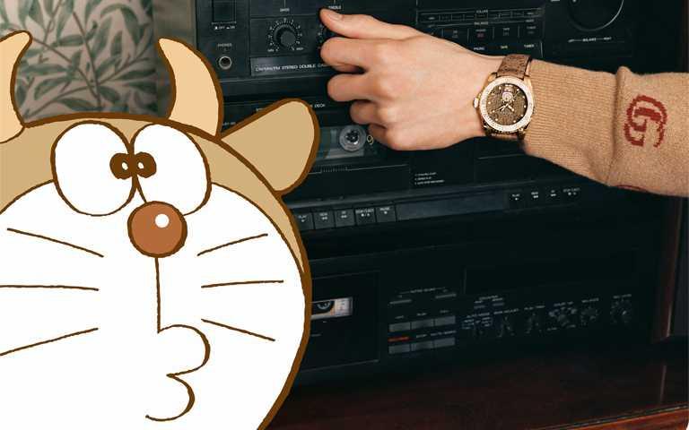 情人對錶童趣大爆發!GUCCI聯名經典動漫哆啦A夢,穿上金牛服與藍色機器貓甜蜜配對!