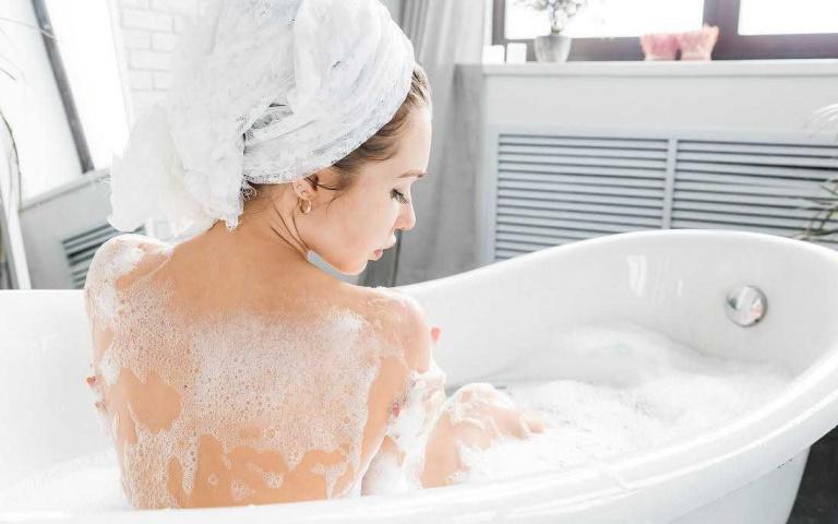 為什麼一到夏天就猛長背痘、胸前痘?皮膚科醫師指出用錯沐浴乳竟然也是原因之一!