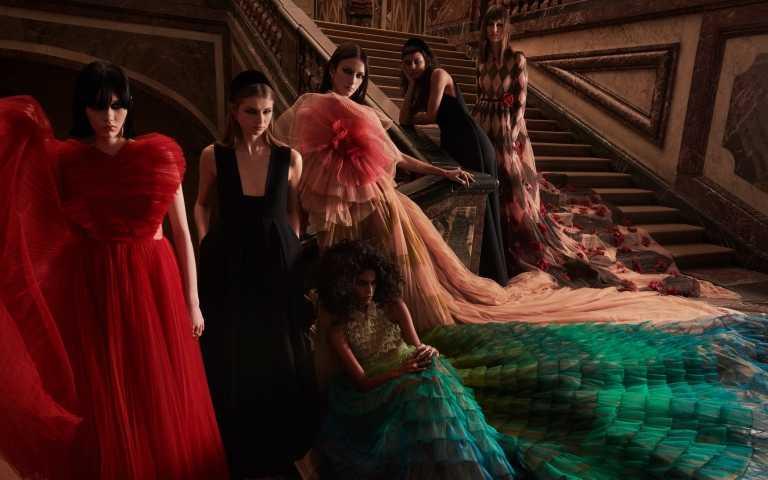 DIOR 2021秋冬大秀:以「紅色大衣」串連起小紅帽、美女與野獸的詭譎童話
