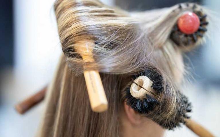 頭髮洗了梳子呢?三種不同材質的梳子清潔法