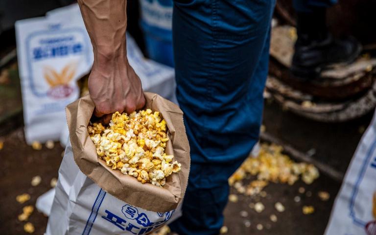 姐妹們衝啦!韓國電影院推出「巨型爆米花」,找來肌肉歐巴扛布袋引爆動!