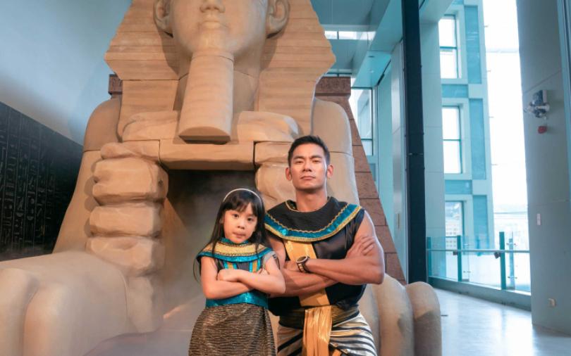亮哲帶女兒逛金字塔展 笑喊:我玩得比女兒還瘋