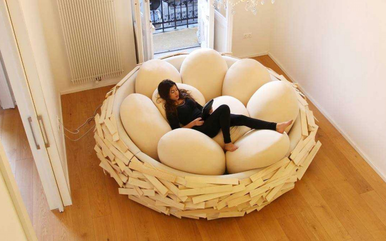 我是一隻小小鳥!窩在「巨型鳥巢床」享受滿滿安全感,柔軟又超舒適!