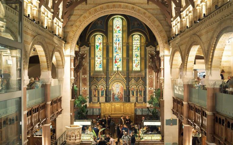 在古老教堂中用餐喝酒!一級古蹟與現代融合的「教堂美食市集」