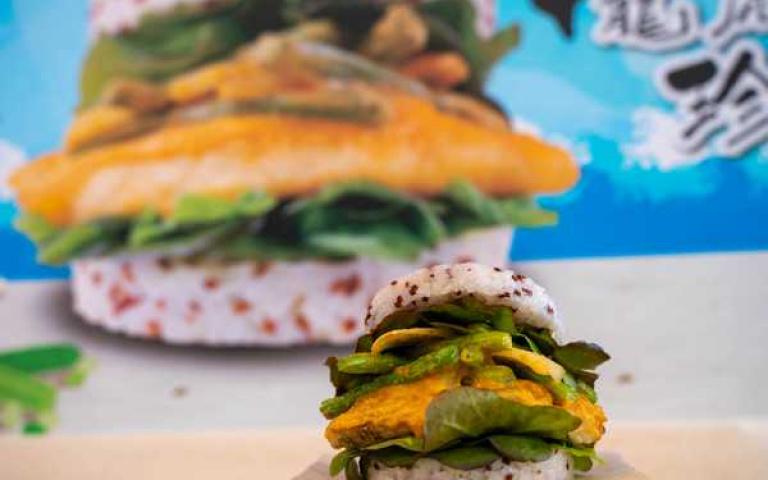 全台唯一!摩斯漢堡推出超狂「龍虎石斑珍珠堡」搭配鹹香味濃金沙醬真涮嘴